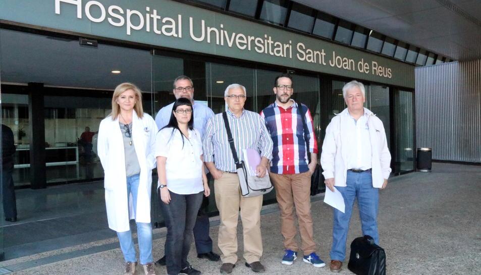 Els portaveus dels comitès de les empreses del grup Sagessa -l'Hospital Sant Joan de Reus, dels centres d'atenció primària, el CMQ, l'Hospital de Móra d'Ebre i Ginsa-, amb un manifest conjunt a l'hospital reusenc, el 19 de maig del 2017