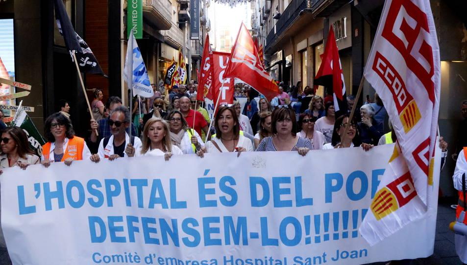 Pla general de la capçalera de la manifestació recorrent el carrer Monterols.