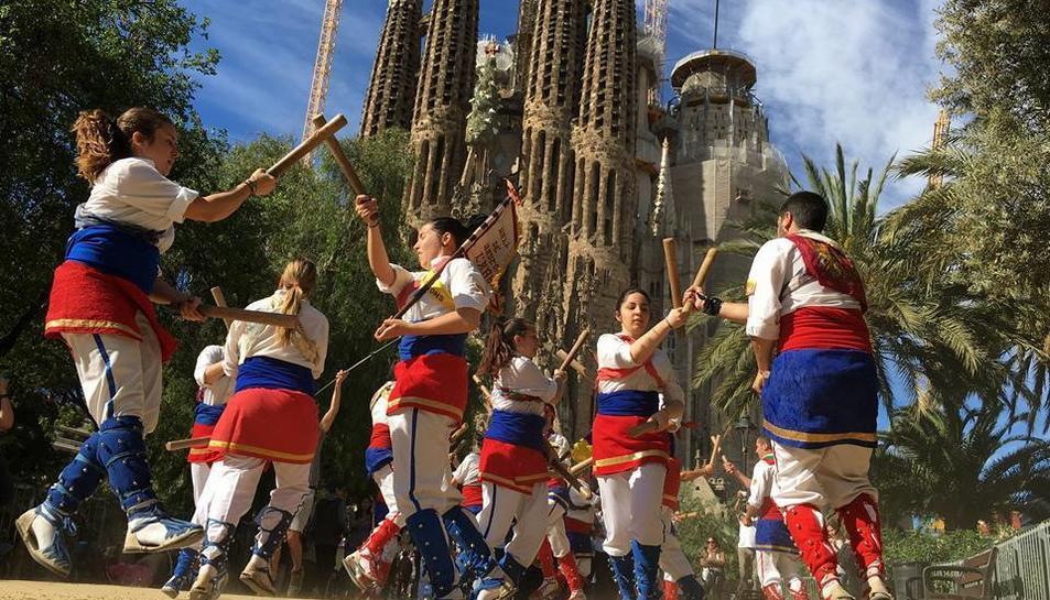 Els bastoners de l'Arboç van enregistrar l'spot al Parc Gaudí de Barcelona, davant de la Sagrada Família.