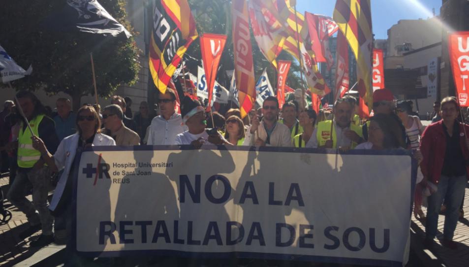 La capçalera de la manifestació a l'inici del recorregut, al carrer Sant Joan.