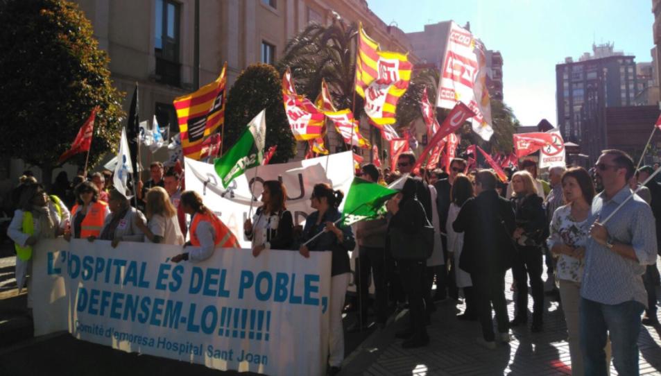 La manifestació davant de l'antic hospital Sant Joan.