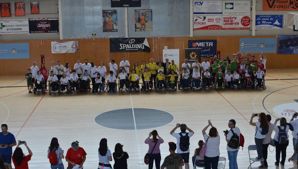 Fotografia de família dels esportistes participants a la competició.