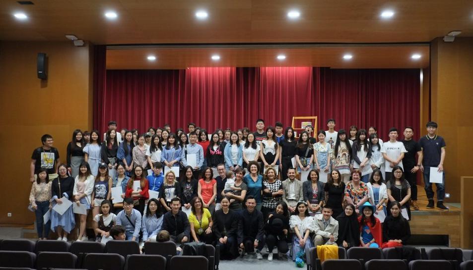 Foto de família dels estudiants xinesos i taiwanesos que han rebut els diplomes 2016-2017 de la URV.