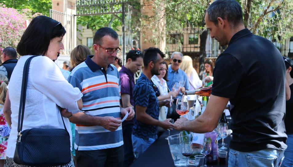 Pla mig de diversos consumidors de la DO Catalunya fent un tast a Reus. Imatge del 20 de maig de 2017