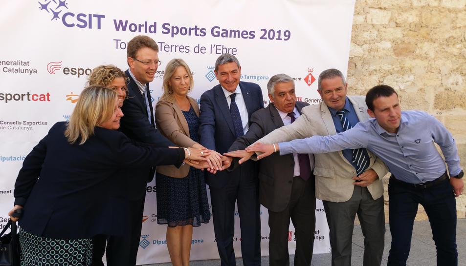 La consellera de Presidència, Neus Munté, i l'alcalde de Tortosa, Ferran Bel, entre altres, ajunten les mans en la presentació dels CSIT World Games. Imatge del 20 de maig de 2017