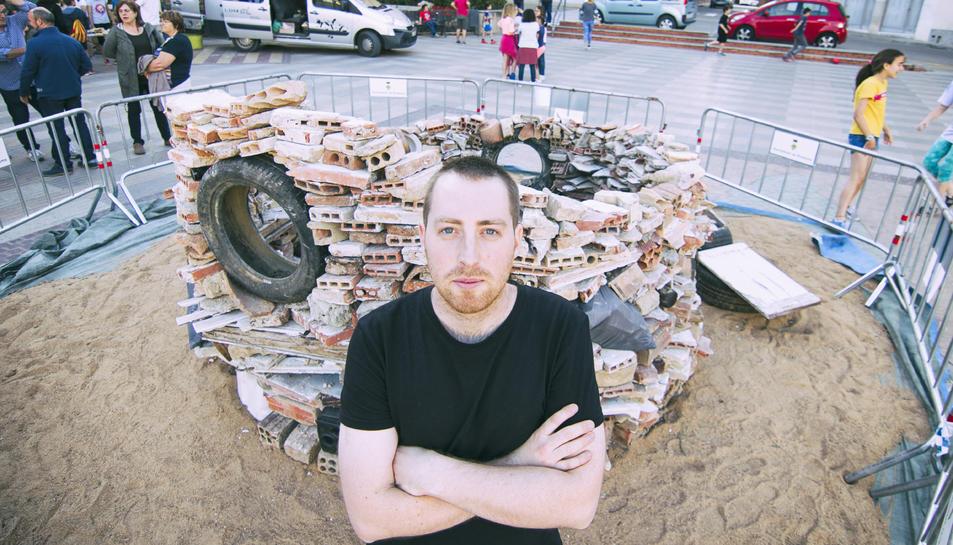 Joan Mestre construint dissabte al matí l'escultura Pou de la vergonya amb deixalles de les rieres.
