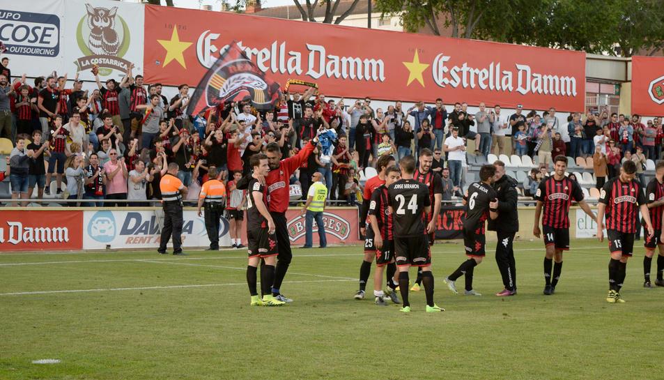 Els aficionats i els jugadors del CF Reus van poder celebrar la permanència després de la victòria contra el Sevilla Atlètic.