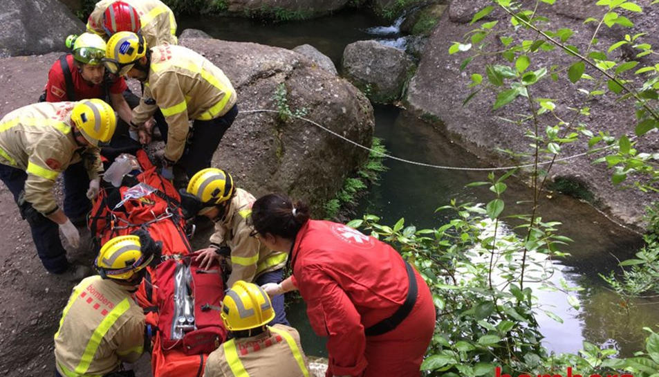 Pla obert dels serveis d'emergències rescatant la víctima. Imatge del 21 de maig de 2017