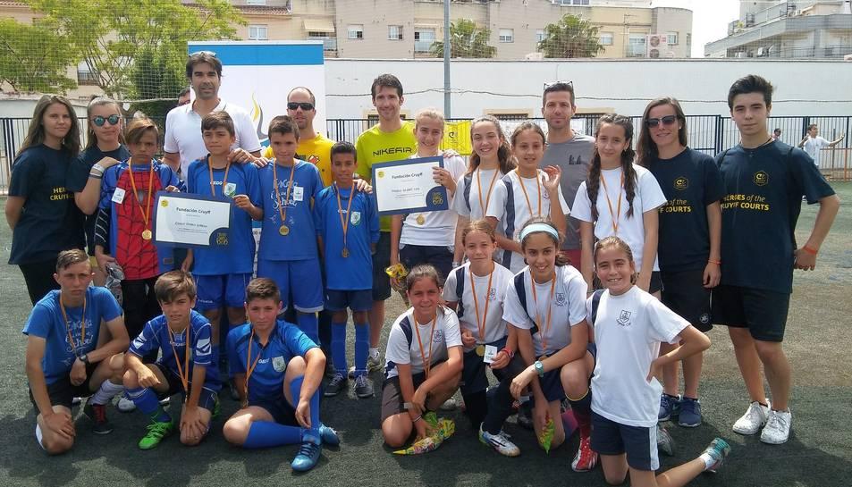 Fotografia de família dels jugadors dels dos centres que participaran a la final.