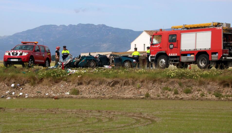 El cotxe en el qual viatjaven els dues víctimes mortals ha quedat literalment aixafat. Imatge del 22 de maig de 2017