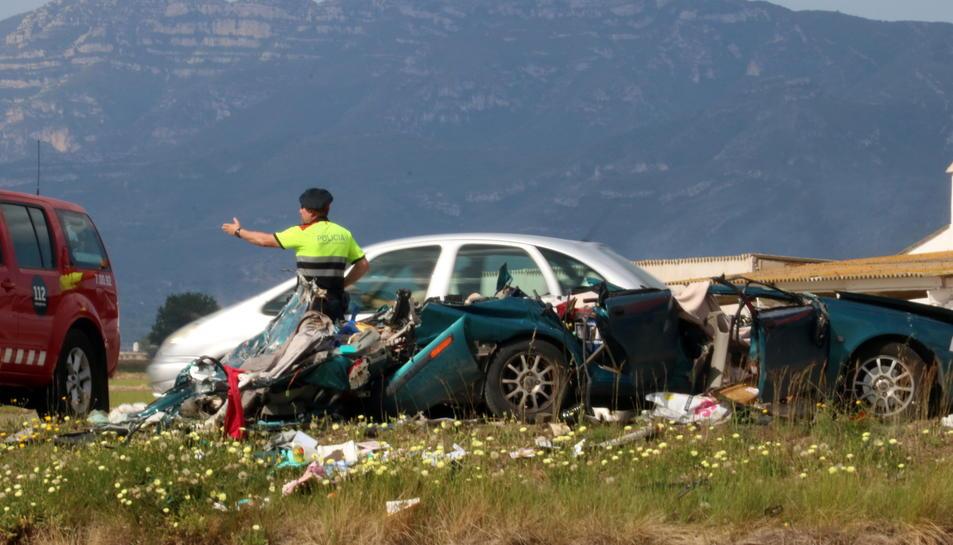 Un agent dels Mossos ordena la circulació al costat del cotxe sinistrat. Imatge del 22 de maig de 2017