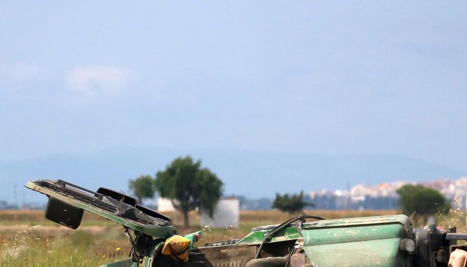 Bombers treballen a la cabina del camió sinistrat a Amposta. Imatge del 22 de maig de 2017