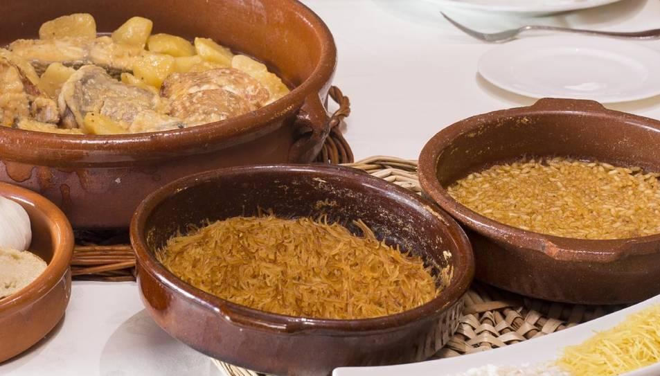 L'activitat dóna a conéixer una recepta tradicional, formada per dos plats: un de fideus rossos i un de patates amb rap.