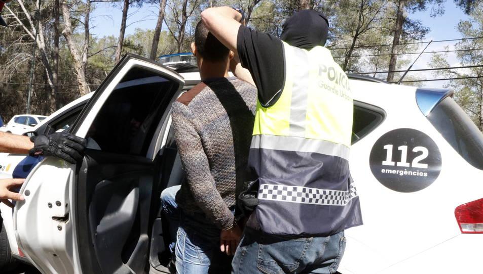 Els Mossos d'Esquadra entrant al vehicle policial un jove emmanillat, detingut en l'operació antidroga al barri tarragoní de Sant Salvador, a la zona de l'avinguda dels Pallaresos.