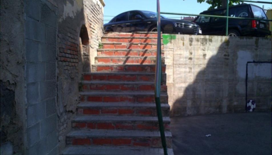 Imatge de les reparacions realitzades al paviment de les escales d'accés al carrer Sant Joan.