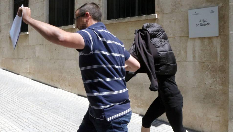 L'exmonitora sortint del jutjat de guàrdia de Tarragona, amb la cara tapada.