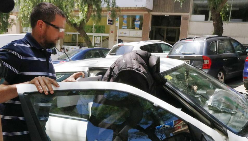 L'exmonitora de la llar d'infants del Morell entrant amb la cara tapada a un vehicle després de comparèixer al jutjat de guàrdia de Tarragona.