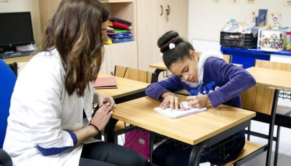 Isabel Heredia es una nena afectada per la malatia neurodegenerativa que està provocada per l'excés de ferro al cervell.