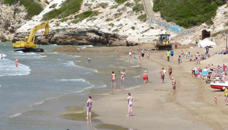 La màquina duent a terme els treballs de reposició de sorra de la platja Llarga.