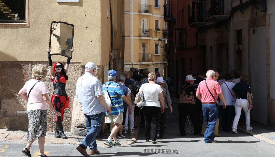 Molts vianants han vist amb sorpresa la presència d'un arlequí amb un mirall a la plaça Pallol.