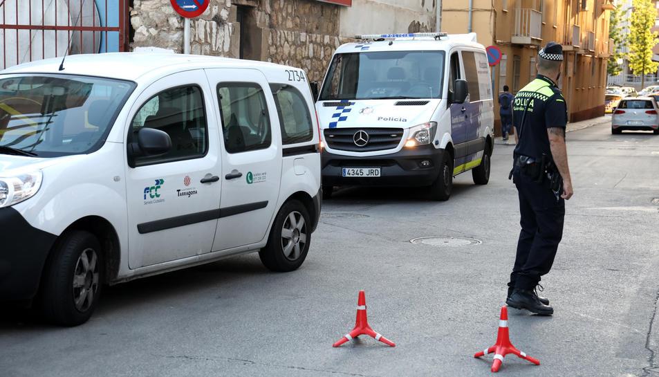 Un agent de la Guàrdia Urbana de Tarragona al carrer del Mar.