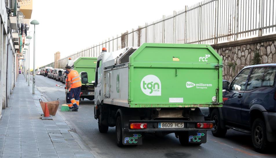 Les brigades municipals netejant el lloc dels fets.