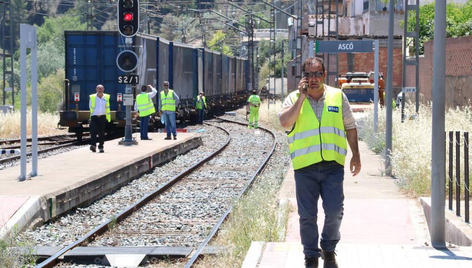 Operaris d'Adif estudiant al matí com retirar el tren de mercaderies descarrilat.