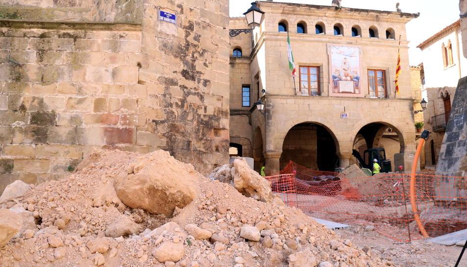 Munt de runa sobre el punt on s'ha localitzat la base de l'antiga creu de terme al casc antic d'Horta de Sant Joan, on s'executen obres de millora dels carrers i places. Imatge del 18 de maig de 2017 (horitzontal)