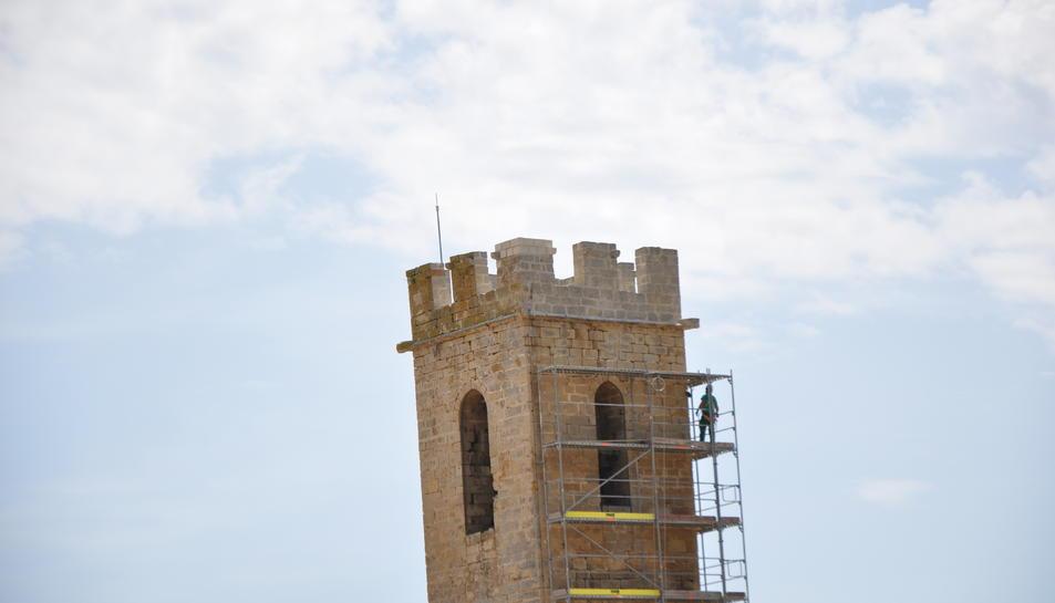 Les obres de restauració del merlet del Campanar de Conesa han durat prop d'un mes.