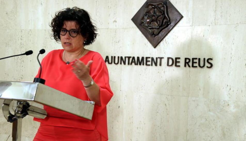 Pla mig de la regidora de Benestar de l'Ajuntament de Reus, Montserrat Vilella, en roda de premsa per presentar la nova convocatòria d'ajuts contra la pobresa energètica, el 24 de maig del 2017.
