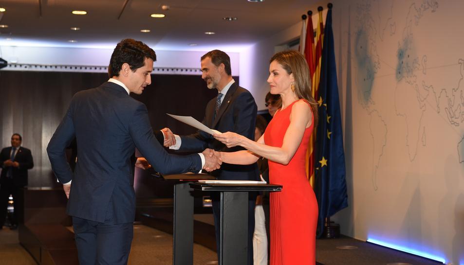 Raúl Alcaide en el moment de recollir el document que acredita la beca atorgada.