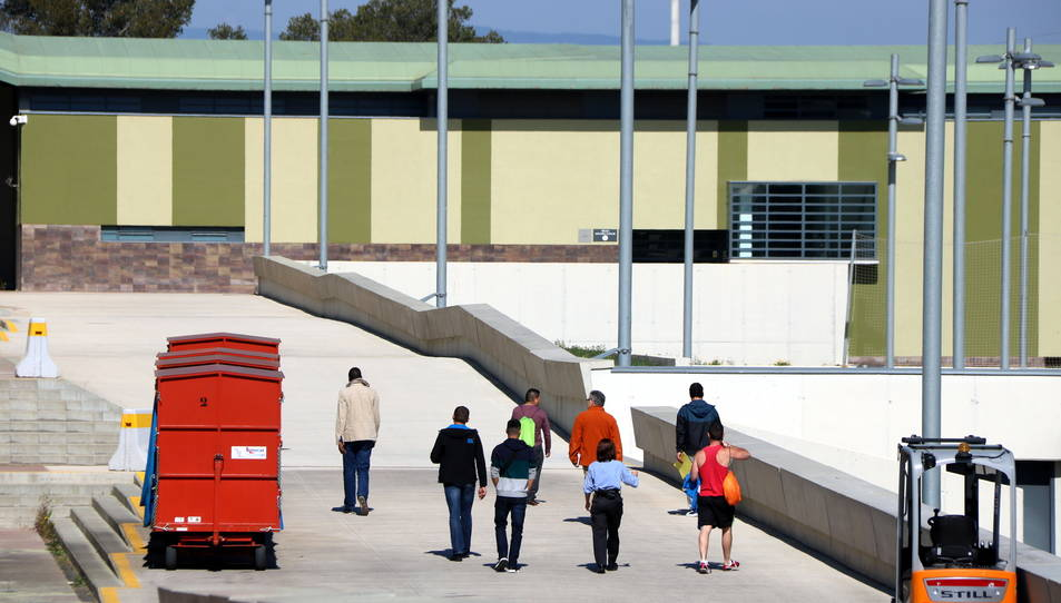 Un grup d'interns caminant pel carrer principal del centre penitenciari del Catllar.