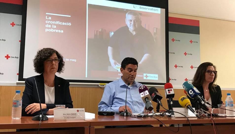 El president de Creu Roja Tarragona, Ramon Grau, acompanyat per les responsables de l'estudi.