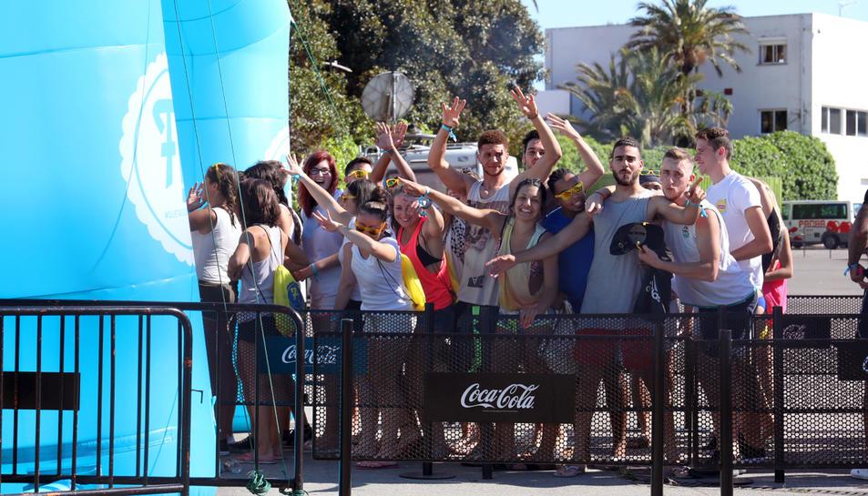 Els joves francesos arribaven en diversos grups per gaudir de la festa a l'interior de la discoteca.
