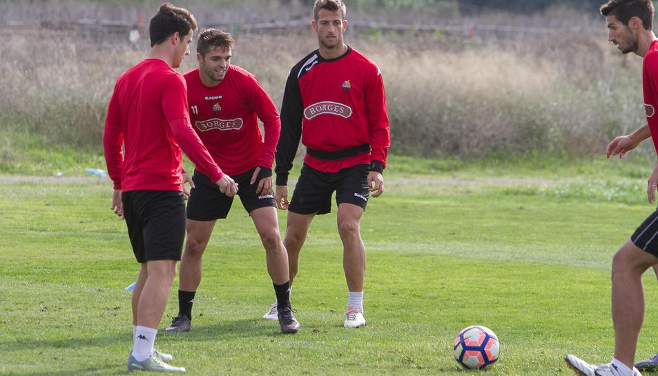 Els roig-i-negres Fran Carbia i Máyor, en un entrenament d'aquesta temporada, amb l'atacant portuguès del CF Reus Ricardo Vaz.