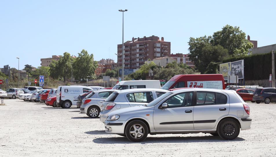 Imatge de l'estat actual de l'aparcament del cementiri.