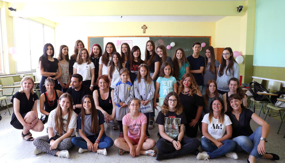 Una iniciativa de quatre alumnes ha aconseguit aplegar una vintena de noies i nenes per donar el seu cabell per poder fabricar perruques per a dones i nenes afectades de càncer.