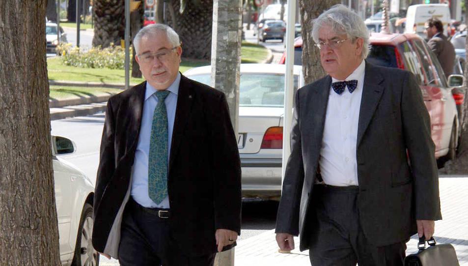 Lluís Miquel Pérez i el seu advocat, en una imatge d'arxiu.