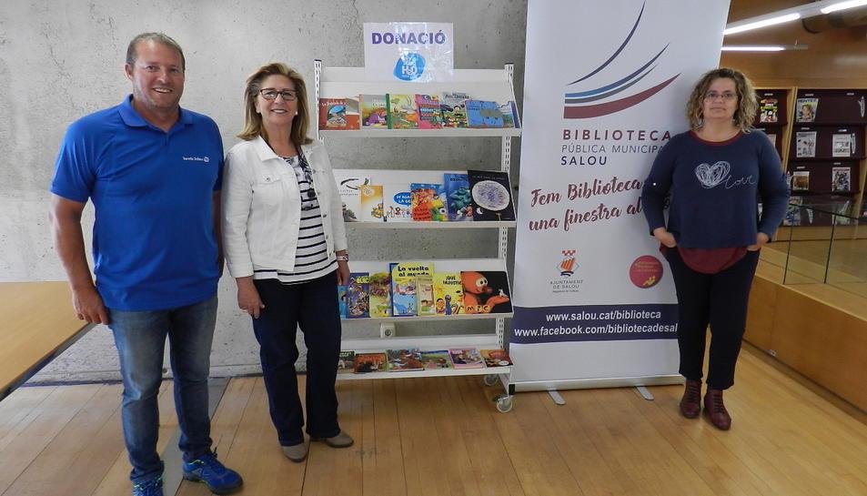 Imatge de l'acte de donació dels llibres infantils a la Biblioteca de Salou per part del Tennis Salou H2O.