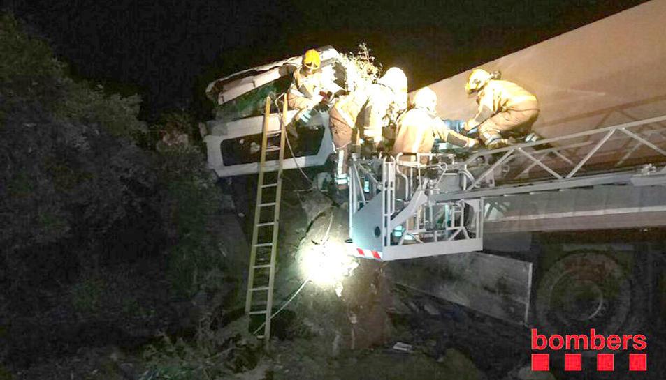 Els Bombers van haver d'excarcera el conductor del camió i un ocupants del turisme.