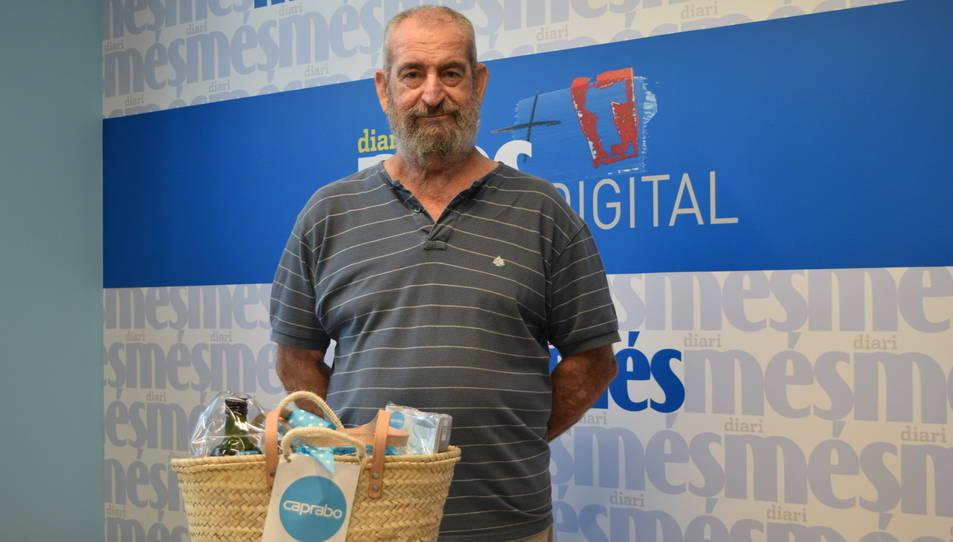 Antonio Olmos amb la cistella de productes Caprabo.