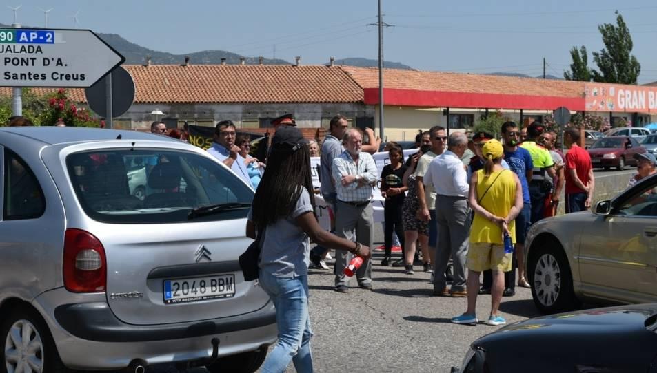 Els veïns i els Mossos s'han enfrontat durant l'obertura parcial a la circulació.