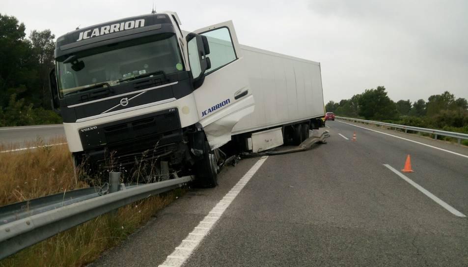El vehicle ha topat contra les barreres que separen els dos sentits.