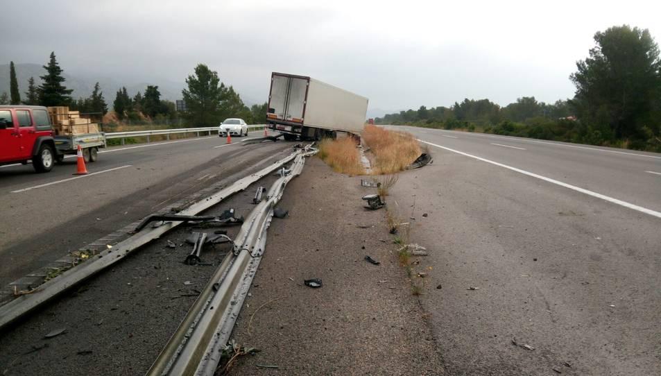 S'ha hagut de tallar un carril per poder treure el camió accidentat.
