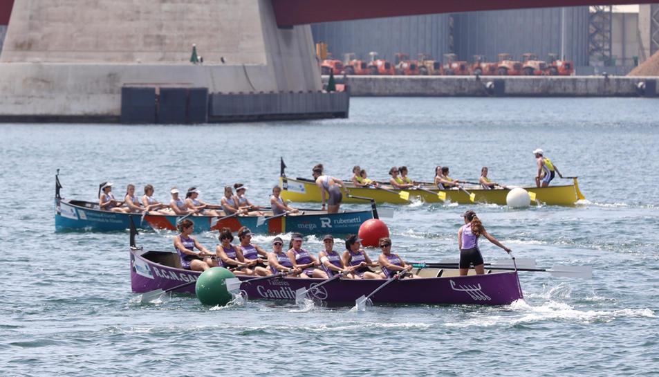 El port de Tarragona ha acollit el campionat estatal de llaüt, en el que han participat centenars de remers.