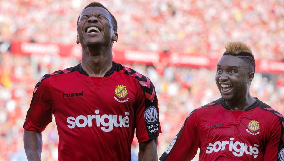 Ike Uche, a l'esquerra de la imatge, celebrant un dels dos gols que va marcar diumenge. Al seu costat, Lévy Madinda.