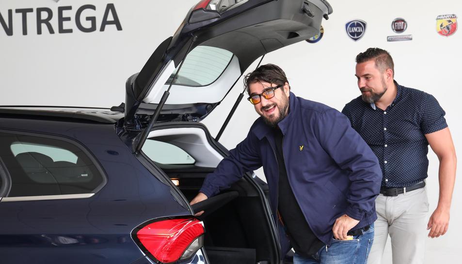 Orozco, comprovant el maleter del seu nou cotxe.