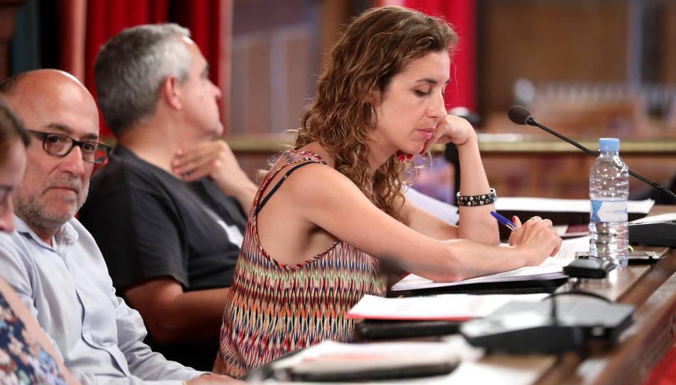 La portaveu de la CUP, Laia Estrada, va defensar una moció en contra de l'exempció del pagament de l'IBI per part de l'Església.