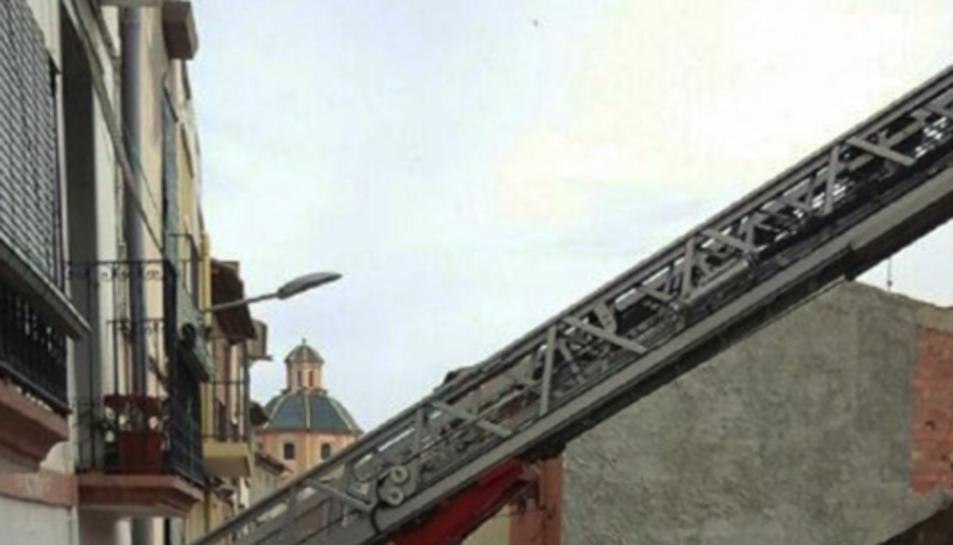 Els Bombers s'han dirigit fins al lloc dels fets per extingir l'incendi i revisar la zona.