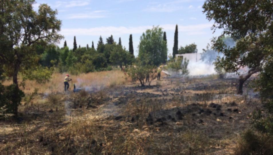 Els Bombers han tardat al voltant d'una hora en apagar el foc.